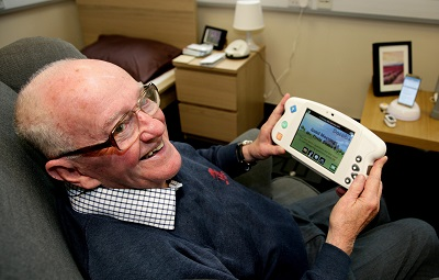 Dementia_sufferer_with_device