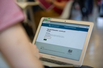Gov.UK Pay in Welsh on tablet screen